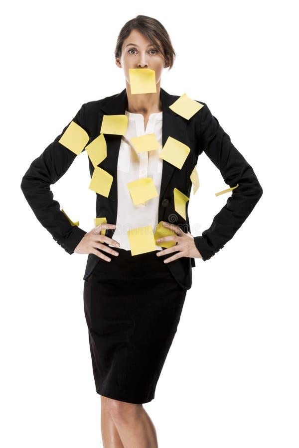 Affärskvinna med gulingpappersanmärkningar royaltyfri foto