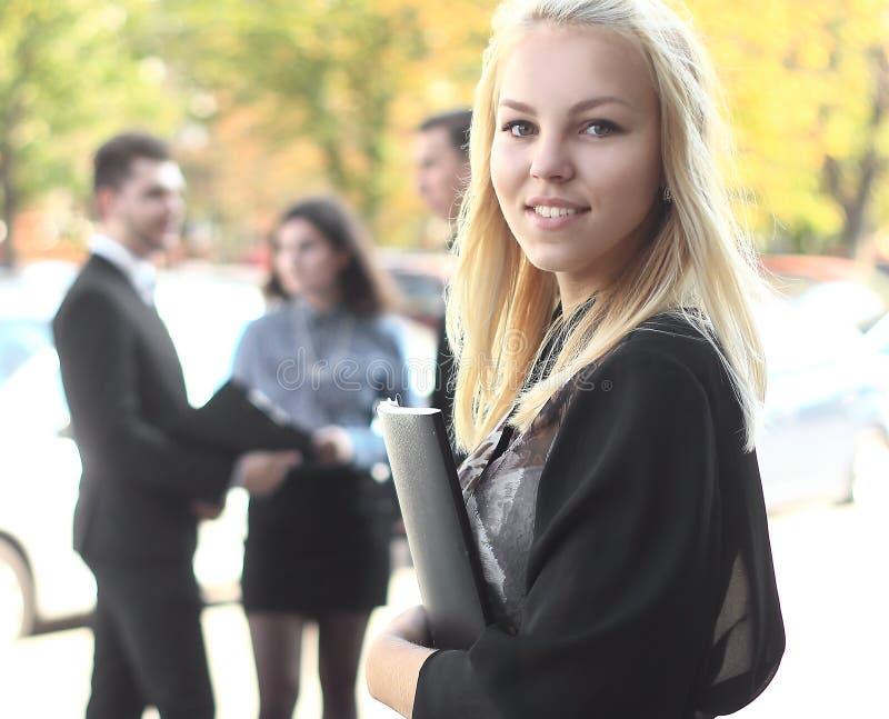 Affärskvinna med hennes personal, royaltyfri fotografi