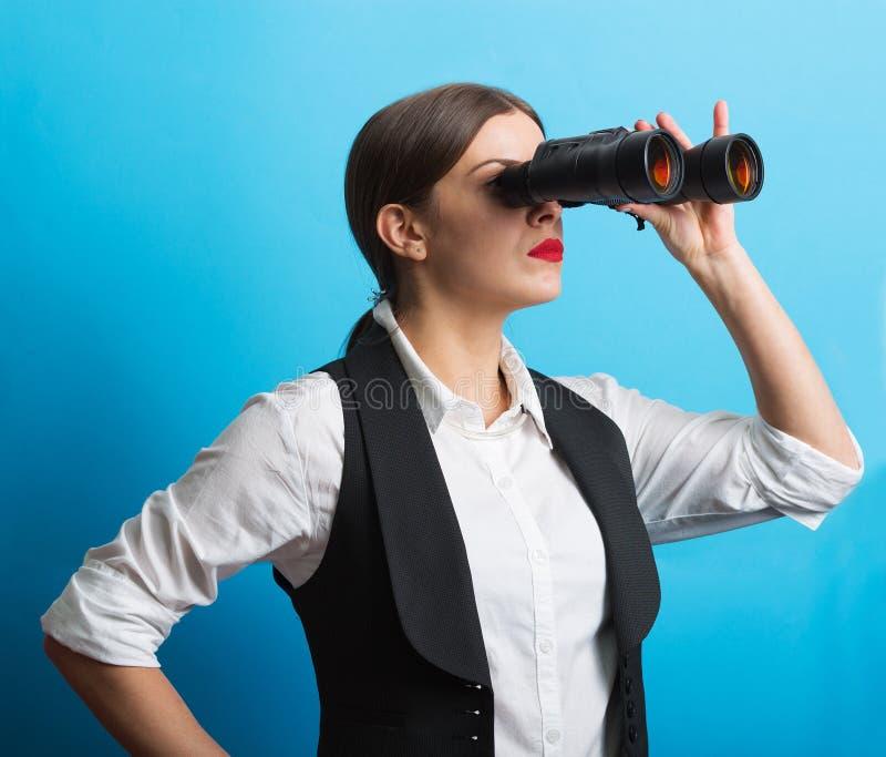 Affärskvinna med kikare arkivfoton
