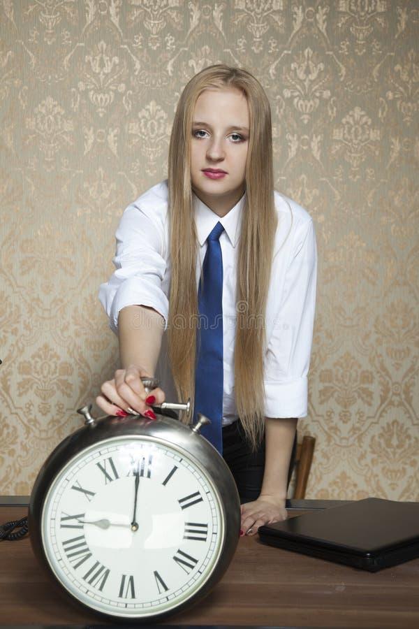 Affärskvinna med klockan arkivfoton