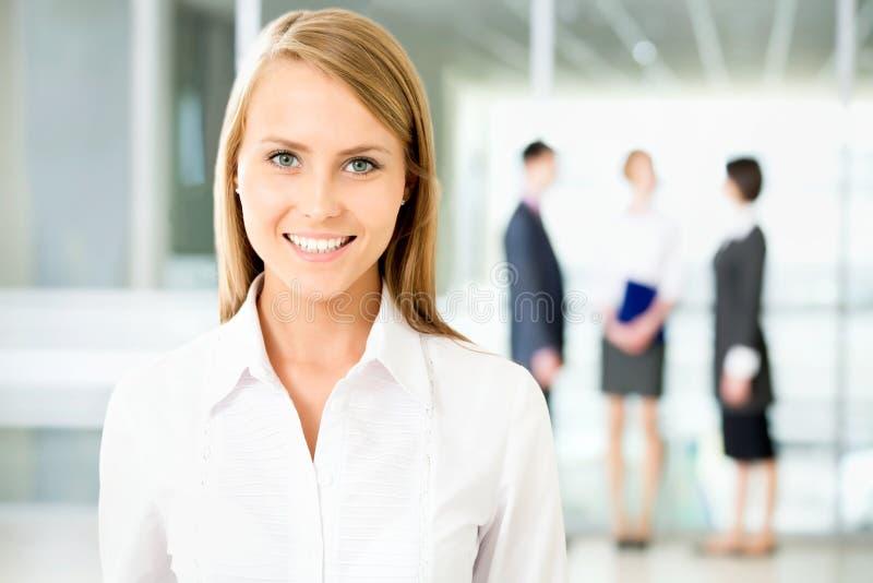 Affärskvinna med kollegor royaltyfria bilder