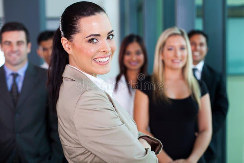 Affärskvinna med medarbetare arkivbild