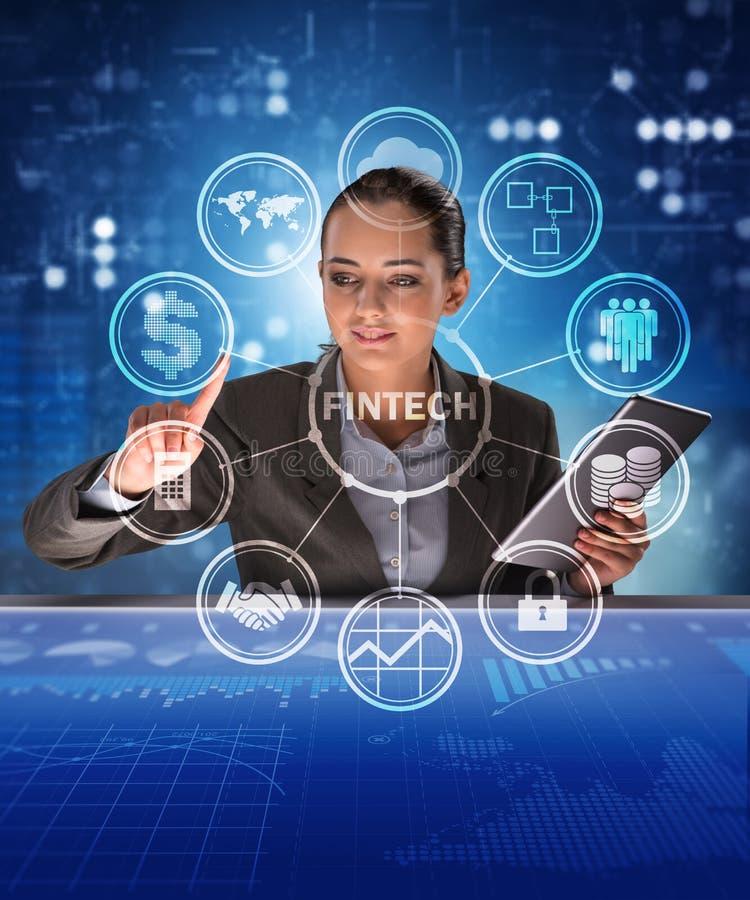 Affärskvinna med minnestavlan i finansiell teknologifintechconcep royaltyfria bilder