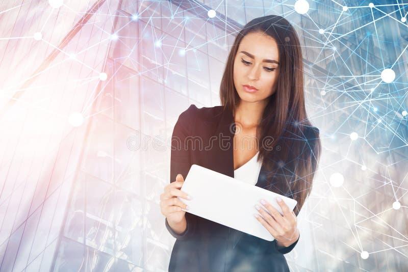 Affärskvinna med minnestavlan i staden, nätverk arkivfoto