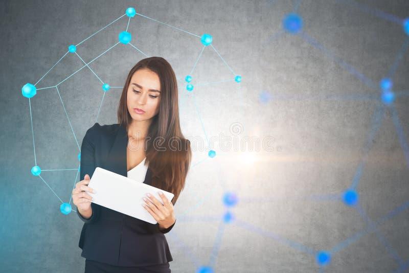 Affärskvinna med minnestavlan, nätverk, betongvägg arkivfoton