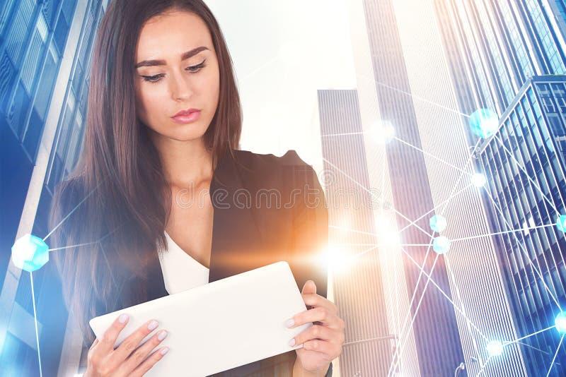 Affärskvinna med minnestavlan, nätverkshologram arkivbilder
