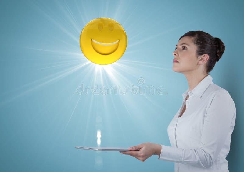 Affärskvinna med minnestavlan som ser upp på emojien och signalljuset mot blå bakgrund royaltyfri illustrationer