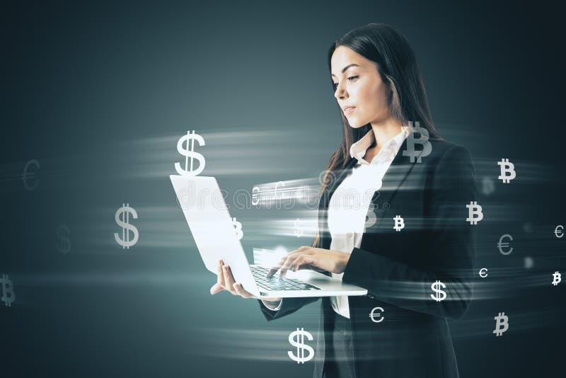 Affärskvinna med pengartecken royaltyfri fotografi