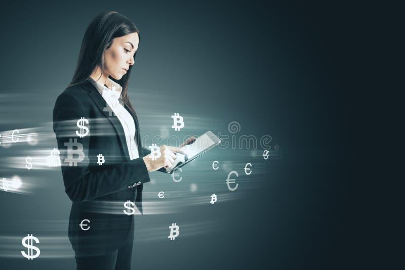 Affärskvinna med pengartecken royaltyfria bilder