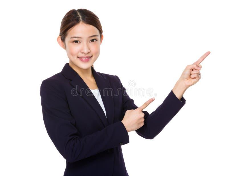Affärskvinna med punkt för två finger upp royaltyfri fotografi