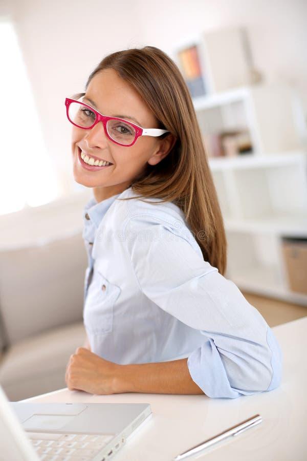 Affärskvinna med rött glasögon arkivbild