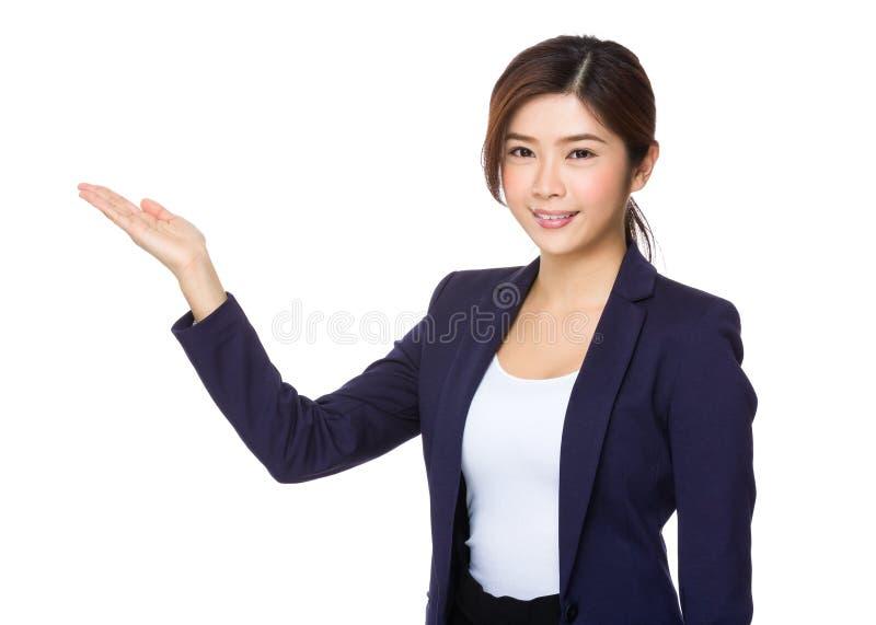 Affärskvinna med sidan för handvisningmellanrum royaltyfri foto