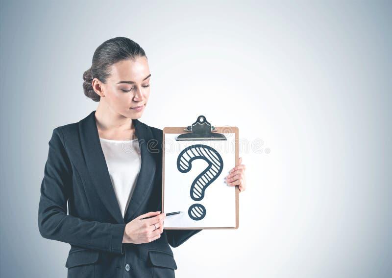 Affärskvinna med skrivplattan, frågefläck royaltyfri illustrationer
