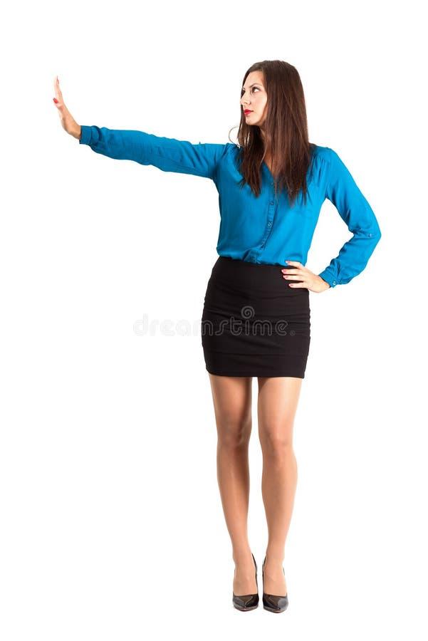 Affärskvinna med stopphandgest royaltyfria bilder