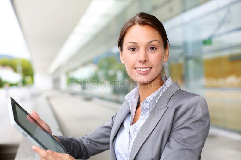 Affärskvinna med tableten arkivbild