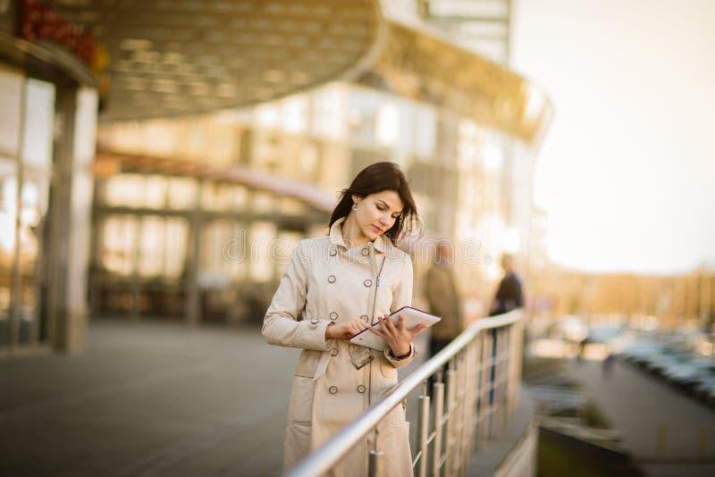 Affärskvinna med tableten fotografering för bildbyråer