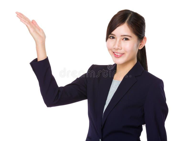 Affärskvinna med tecknet för handvisningmellanrum royaltyfria foton