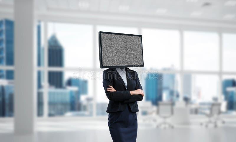 Affärskvinna med TV i stället för huvudet arkivfoto