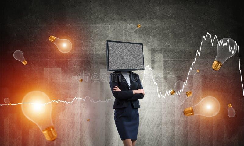 Affärskvinna med TV i stället för huvudet royaltyfri foto