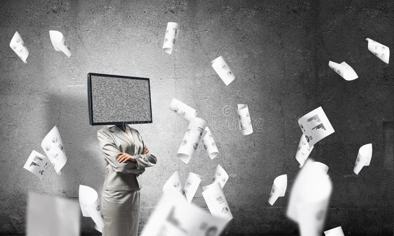 Affärskvinna med TV i stället för huvudet arkivfoton