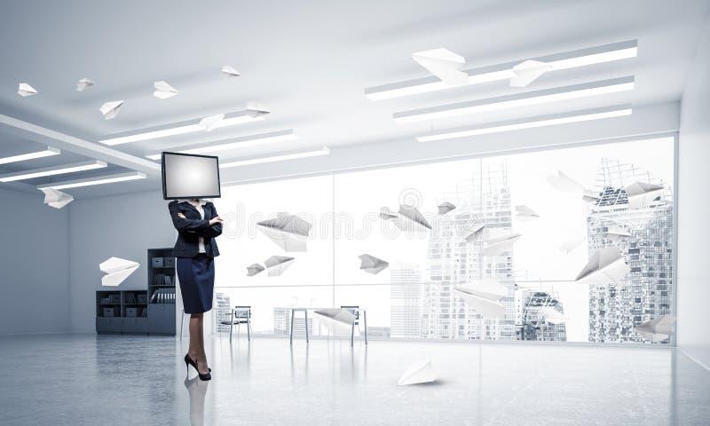 Affärskvinna med TV i stället för huvudet royaltyfri fotografi