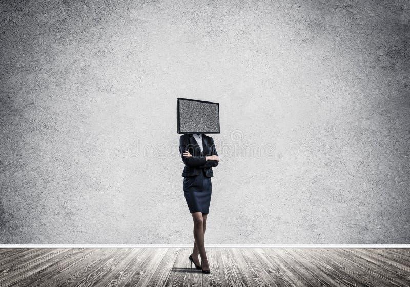 Affärskvinna med TV i stället för huvudet royaltyfria bilder