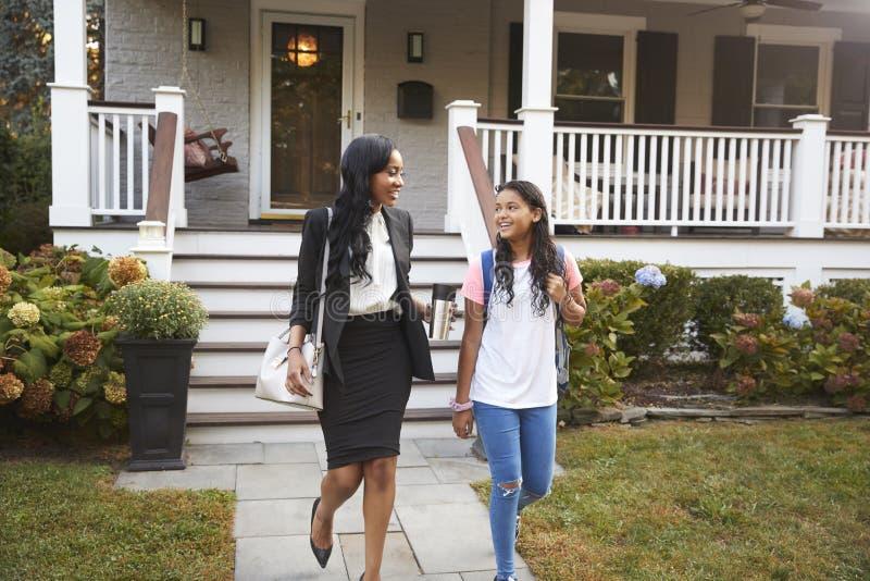 Affärskvinna Mother Walking Daughter till skolan på väg att arbeta royaltyfria bilder