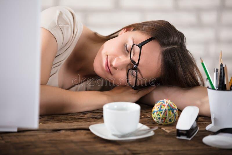 Affärskvinna Napping In Office arkivfoto