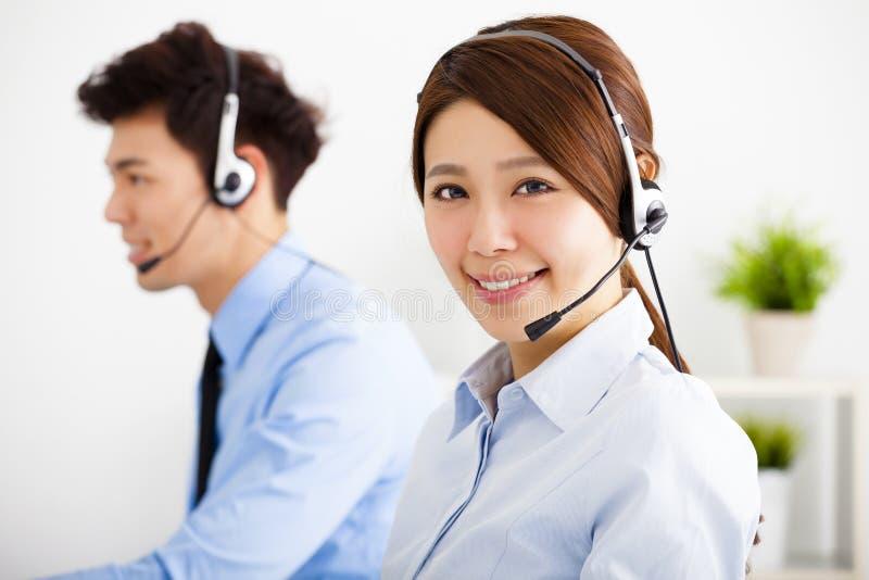 Affärskvinna och affärsman med hörlurar med mikrofonarbete royaltyfria bilder