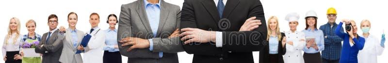 Affärskvinna och affärsman med korsade armar royaltyfri fotografi