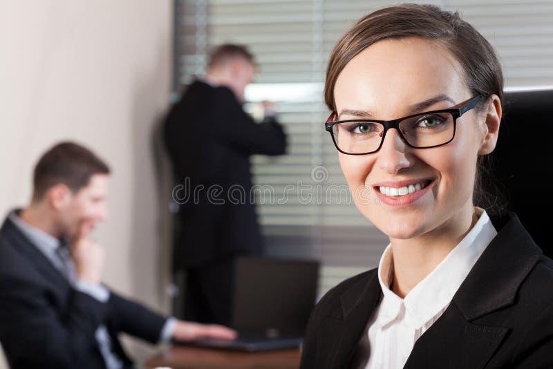 Affärskvinna och arbetare i kontoret fotografering för bildbyråer