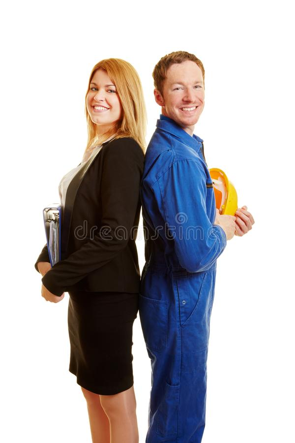Affärskvinna och byggnadsarbetare som ett lag royaltyfri fotografi