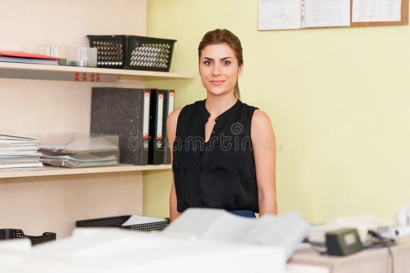 Affärskvinna At Office Desk arkivfoto