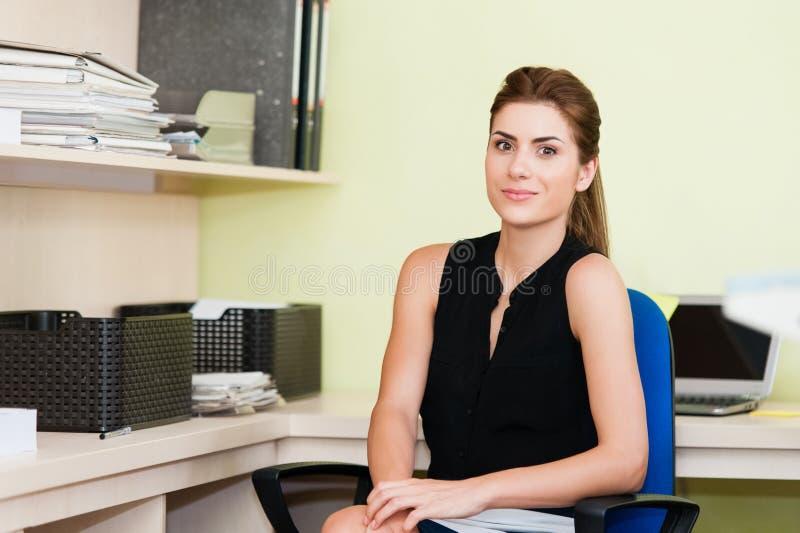 Affärskvinna At Office Desk royaltyfri bild