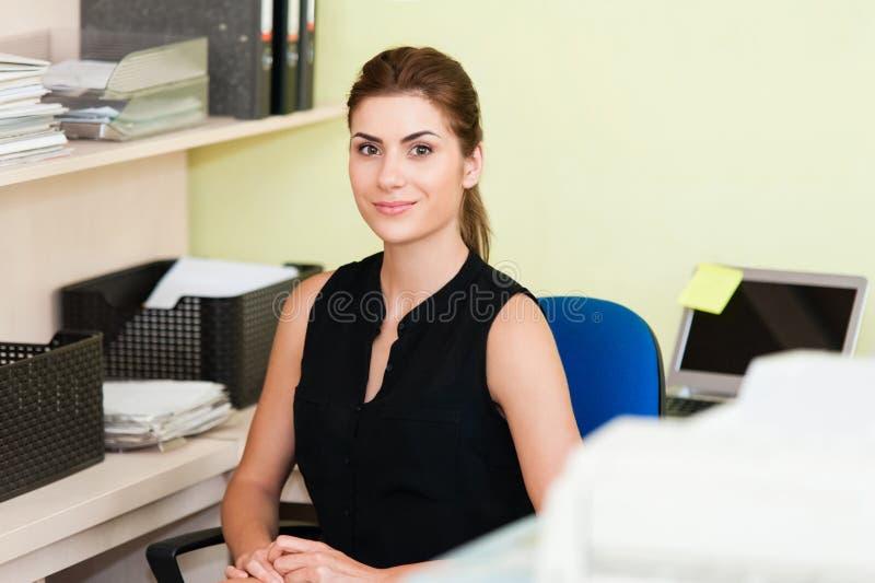 Affärskvinna At Office Desk arkivbilder