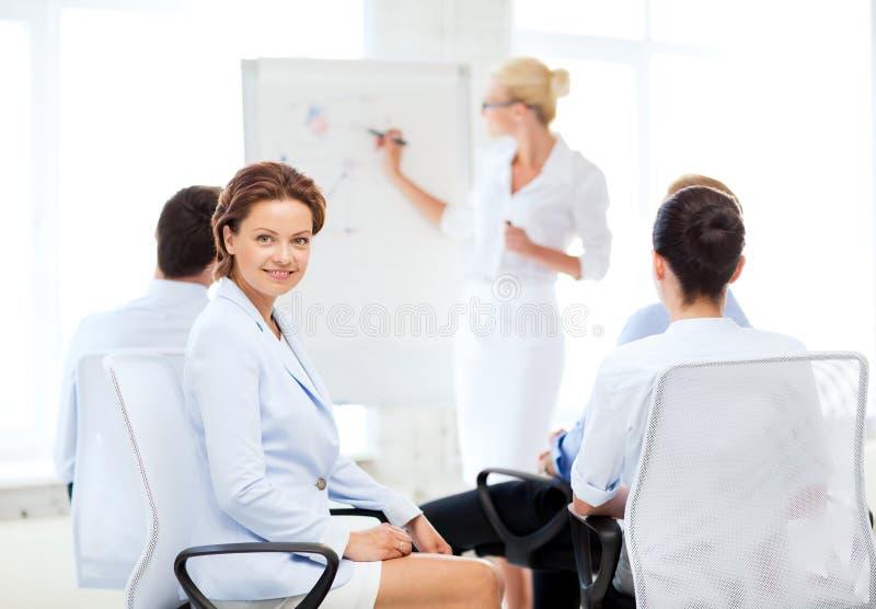Affärskvinna på affärsmöte i regeringsställning fotografering för bildbyråer