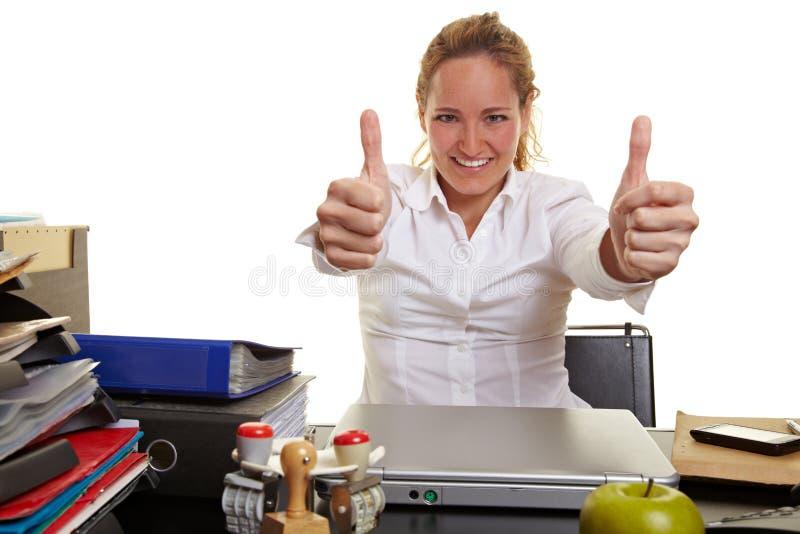 Affärskvinna på arbete som rymmer båda arkivbild