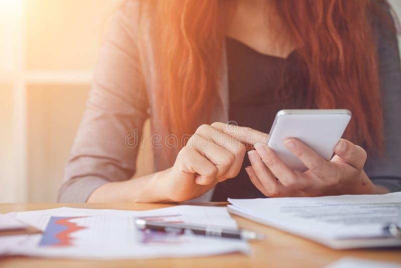 Affärskvinna på att arbeta med finansiellt arkivbilder