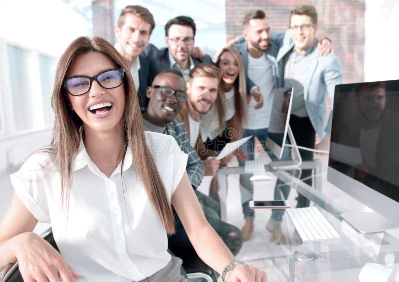 Affärskvinna på bakgrunden av affärslaget arkivbild