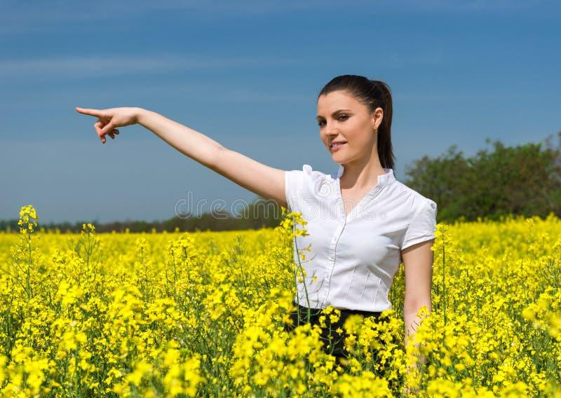 Affärskvinna på blommafältet fotografering för bildbyråer