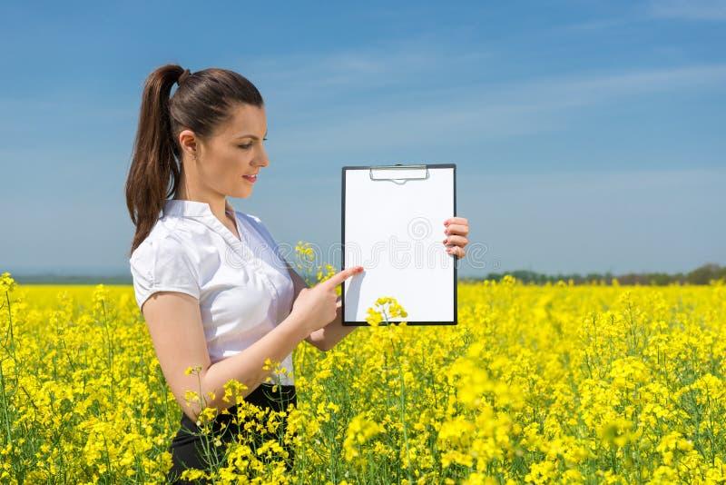 Affärskvinna på blommafältet arkivbilder