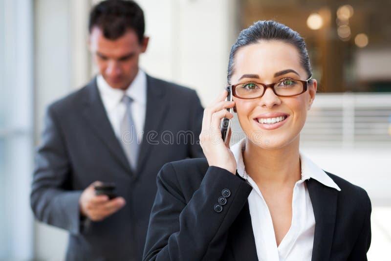Affärskvinna på celltelefonen arkivbilder