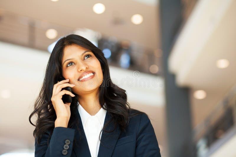 Affärskvinna på den mobila telefonen arkivfoto