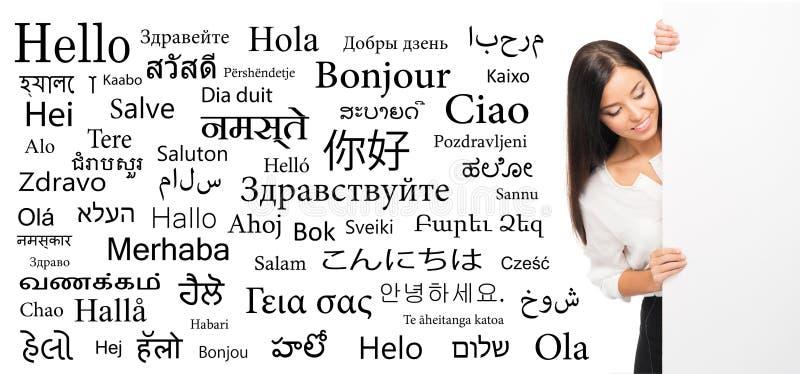 Affärskvinna på en bakgrund av olika språk arkivfoton