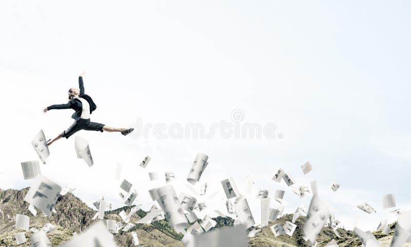 Affärskvinna på flyttningen arkivfoton