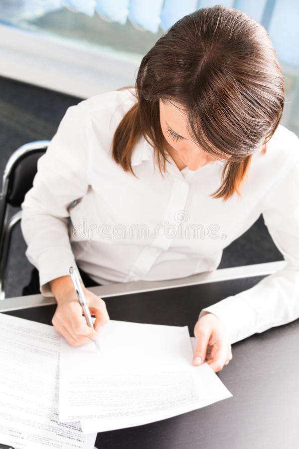 Affärskvinna på kontoret arkivfoton