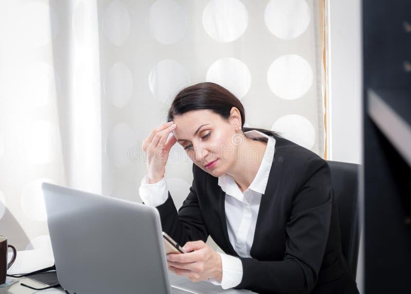 Affärskvinna på kontoret royaltyfri foto
