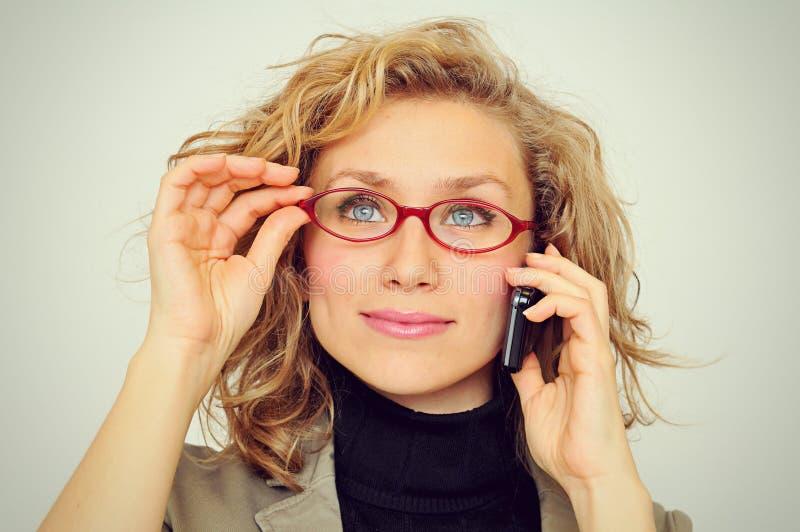 Affärskvinna på ringa arkivbild