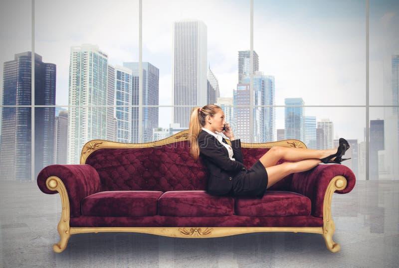Affärskvinna på sofaen arkivbild