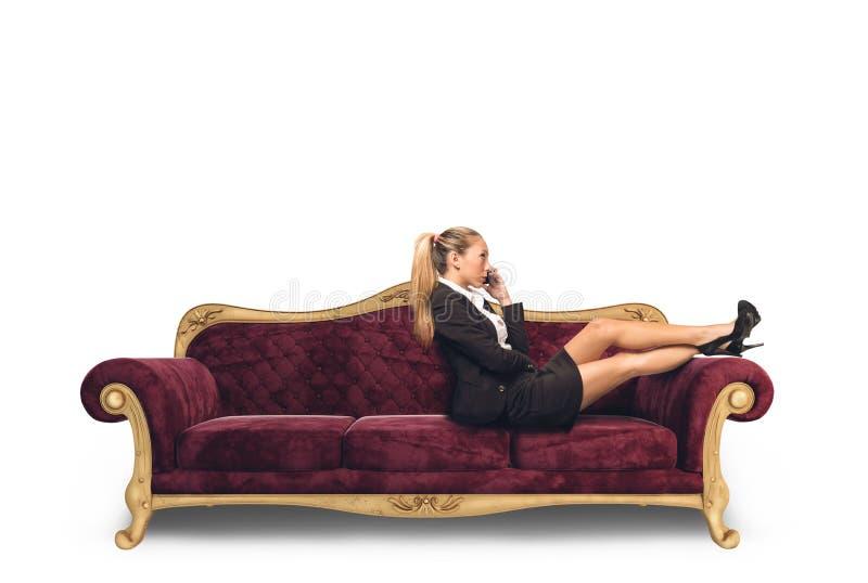 Affärskvinna på sofaen royaltyfri fotografi